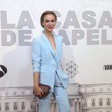Marta Hazas con un traje de chaqueta celeste en la premiere de 'La casa de papel'