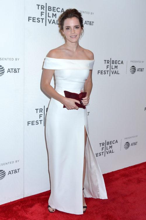 Emma Watson con un vestido de escote bardot en el Festival de Cine de Tribeca