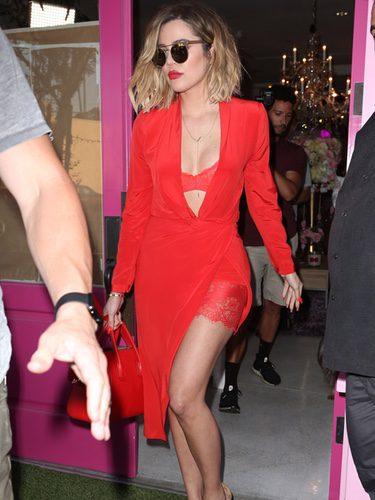 Khloe Kardashian con un total look red en las calles de Los Ángeles