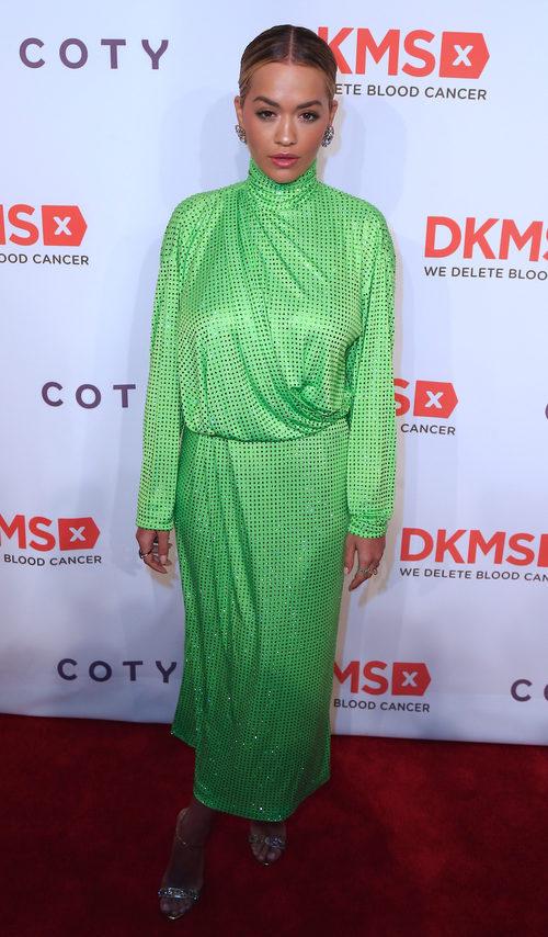 Rita Ora con un vestido verde greenery en la gala Big Love celebrada en Nueva York