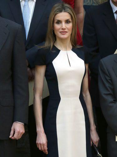 La Reina Letizia con un vestido bicolor en los Premios Nacionales de Cultura de 2015