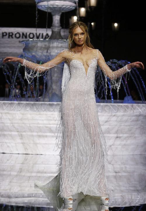 Romee Strijd desfilando para Pronovias con la colección 2018 en en la Barcelona Bridal Week