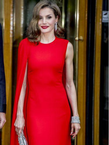 La Reina Letizia con un vestido Stella McCartney rojo