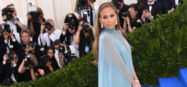 Jennifer Lopez con un Valentino en la Gala del MET 2017