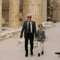 Karl Lagerfeld y Hudson Kroenig saludando en el carrusel final de la colección Crucero Chanel 2018