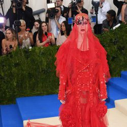 Katy Perry con un vestido de Maison Margiela en la Gala del MET 2017
