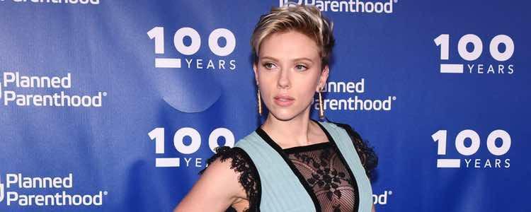 Scarlett Johansson con un vestido Elie Saab en unos premios solidarios