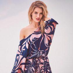 Rosie Huntington-Whiteley con un jumpsuit tropical de la colección primavera/verano 2017 de Marks & Spencer