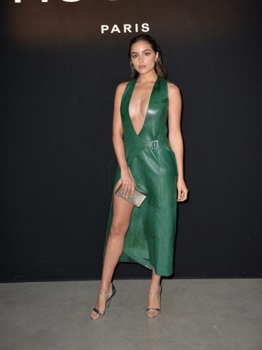 Olivia Culpo con un vestido de cuero en la Paris Fashion Week 2017