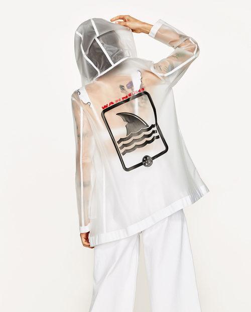 Chubasquero con parche de la colección cápsula para verano 2017 de Zara y Maui and Sons