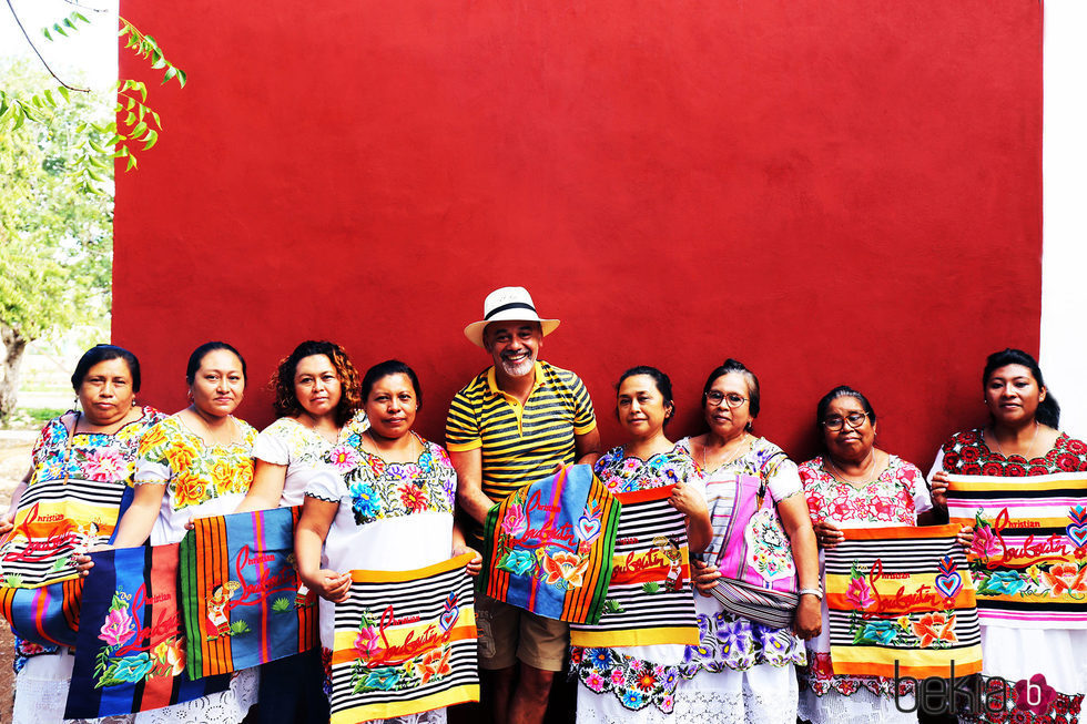 Christian Louboutin posando junto a las artesanas mayas creadores de la colección 'Mexicaba!'
