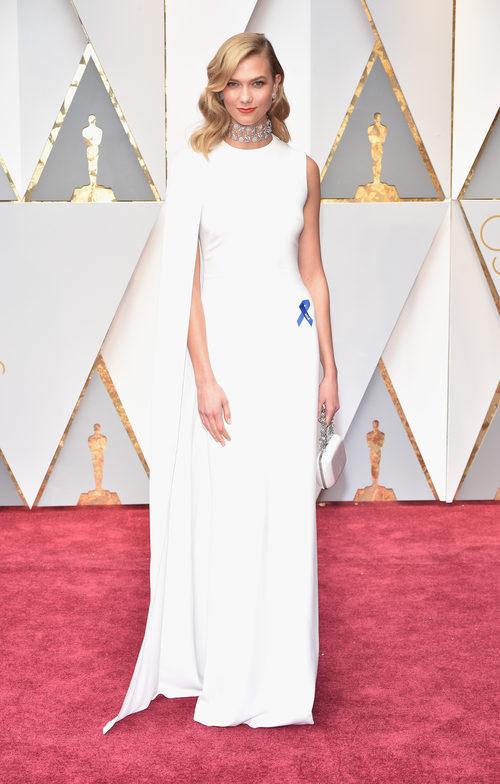 Karlie Kloss con un vestido blanco en los Premios Oscar 2017