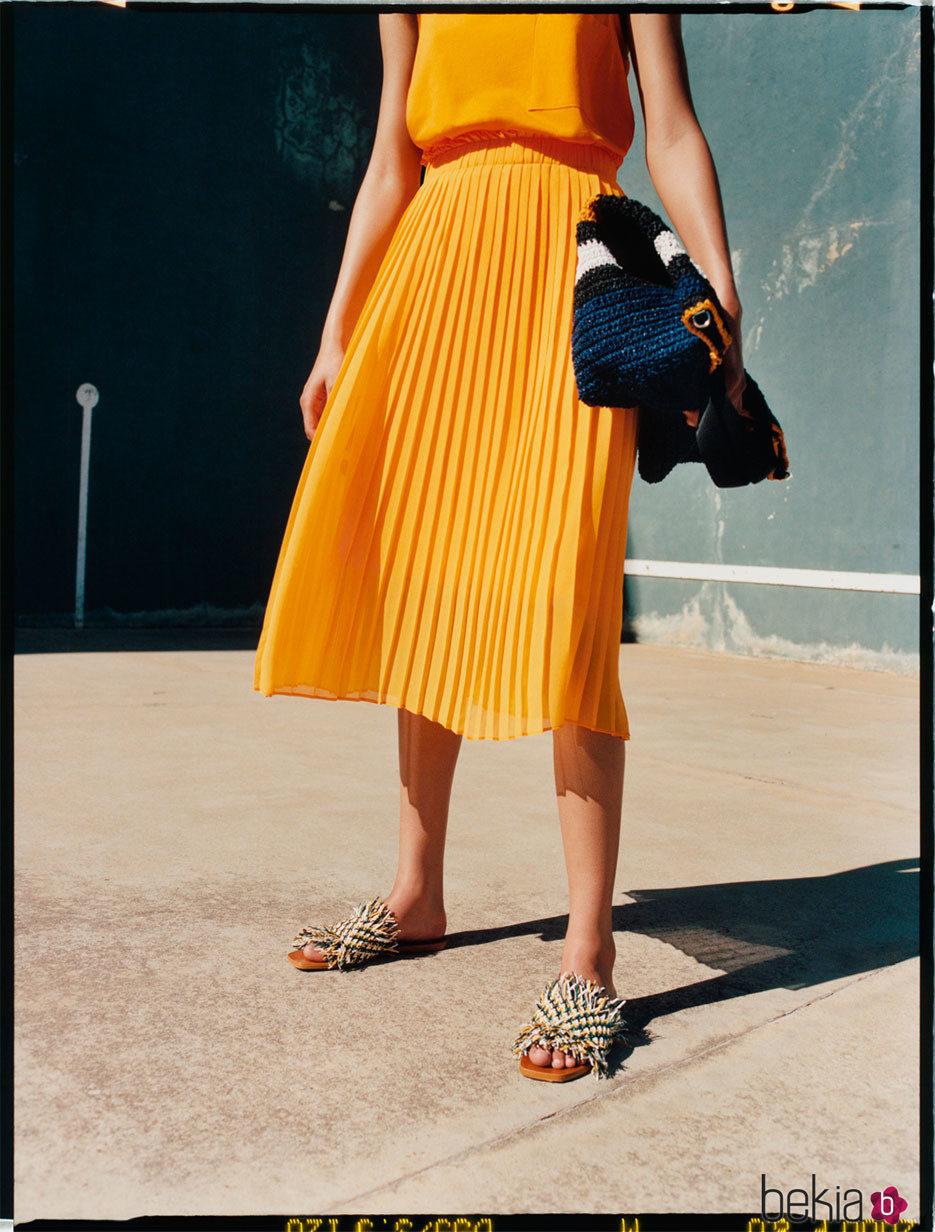Falda midi plisada de la colección neón primavera/verano 2017 de Zara TRF