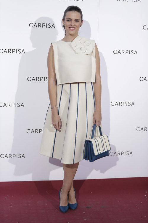 La actriz Cristina Abad con un traje blanco y azul marino
