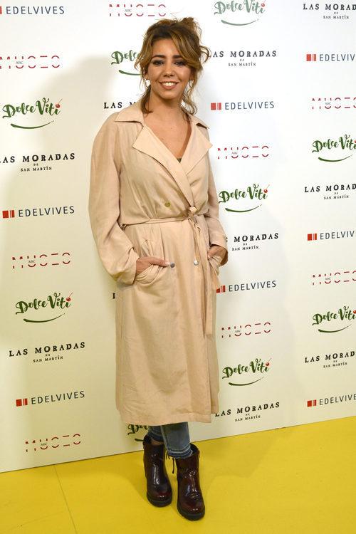 Sandra Cervera  con una gabardina beige