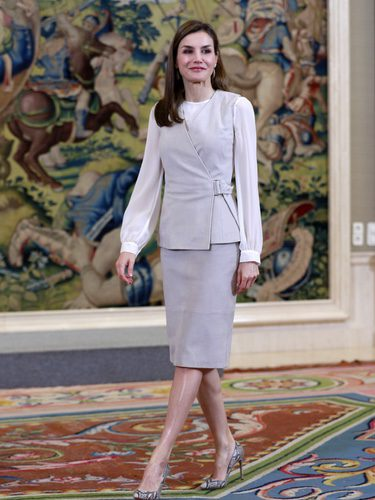 La Reina Letizia con conjunto en gris de Hugo Boss