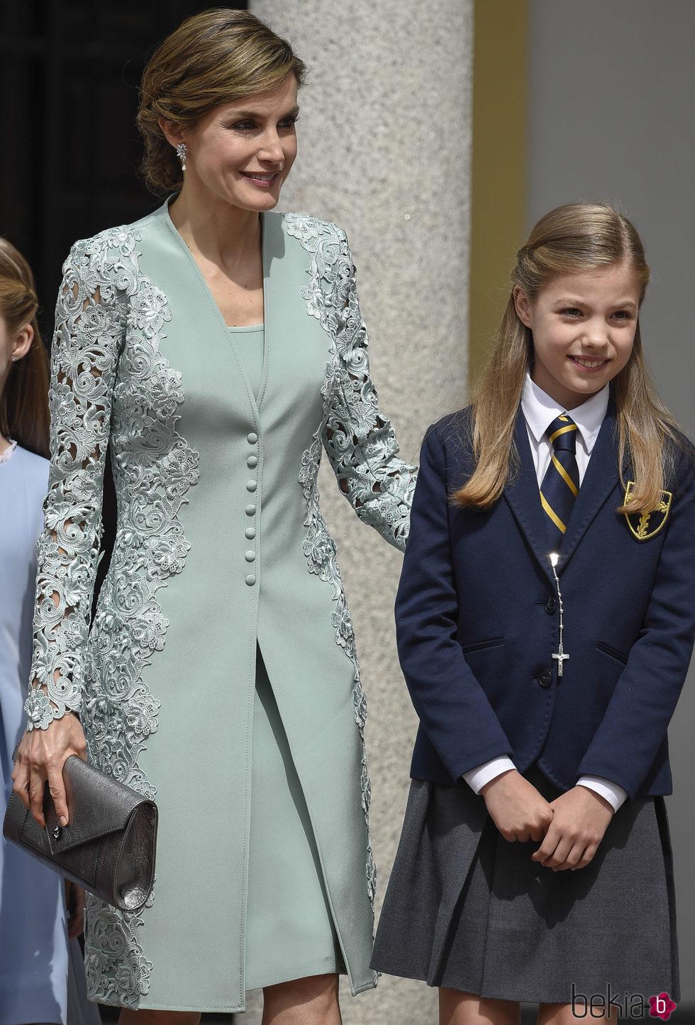 La Reina Letizia con un modelo verde de Felipe Varela en la Comunión de la Infanta Sofía
