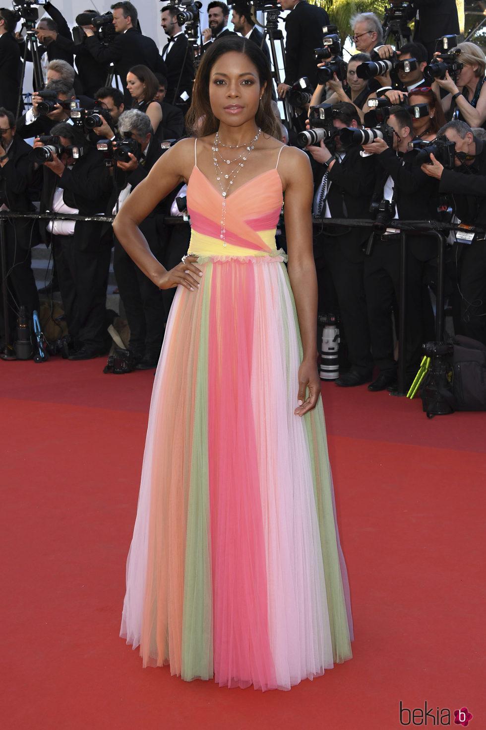Naomi Harris con un vestido multicolor de Gucci en la gala inaugural ...