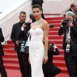 Adriana Lima con un vestido de inspiración nupcial en Cannes 2017