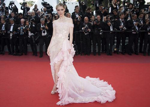 Coco Rocha opta por un vestido rosa