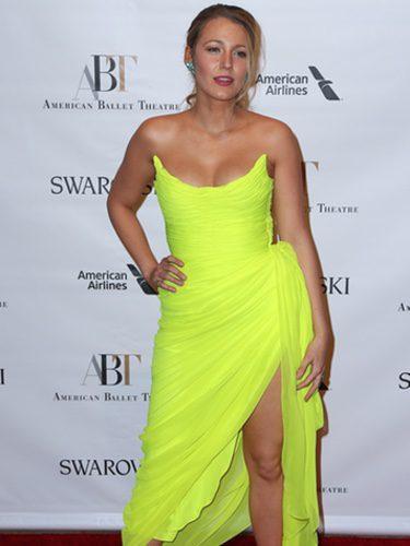 Blake Lively opta por un vestido amarillo de Oscar de la Renta