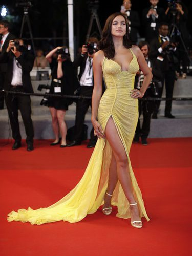 Irina Shayk deslumbra en Cannes con un diseño de Versace