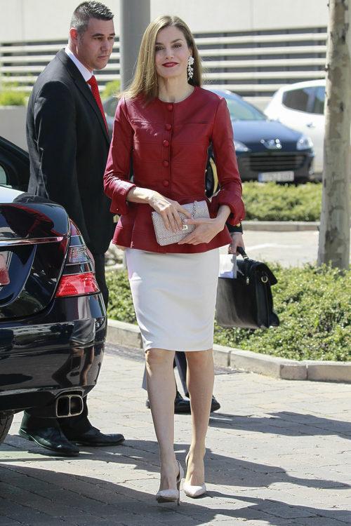 La Reina Letizia con una chaqueta roja de Carolina Herrera