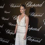 Charlize Theron con un vestido blanco de pedrería de Prada