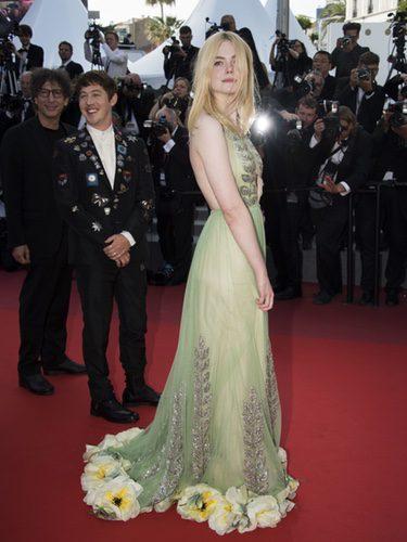 Elle Faning luce un original diseño de Gucci
