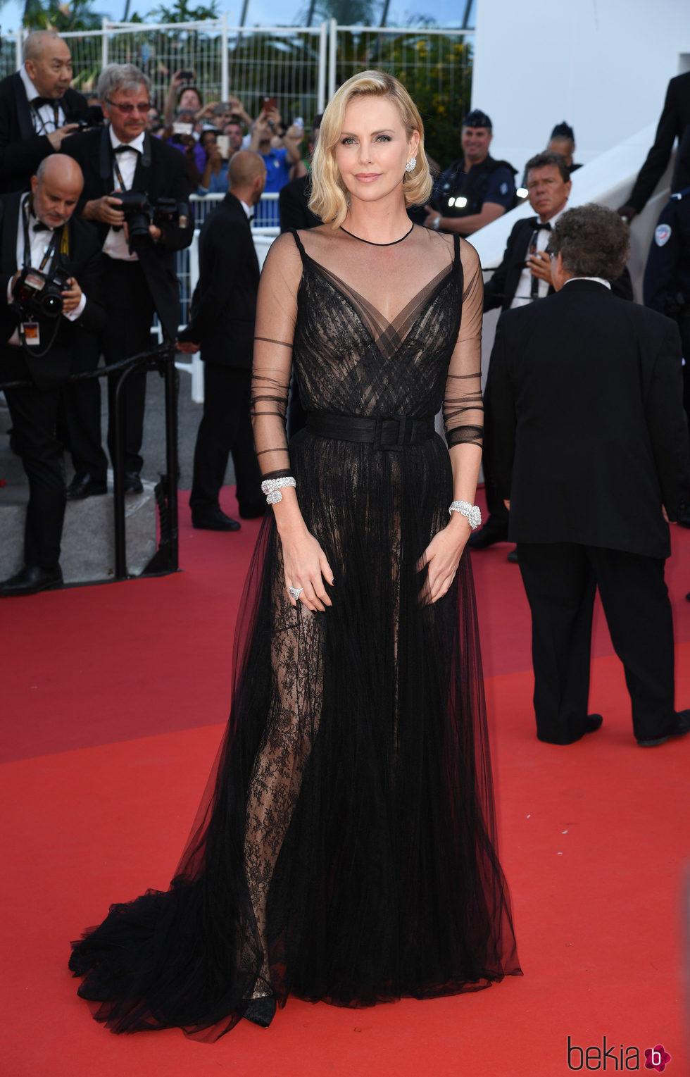 Chalize Theron opta por un maravilloso diseño de Dior