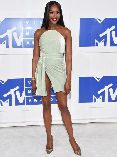 Naomi Campbell con un vestido de Brandon Maxwell en los MTV Video Music Awards 2016