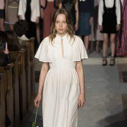 Vestido blanco de la colección verano 2017 de Alexa Chung presentada en Londres