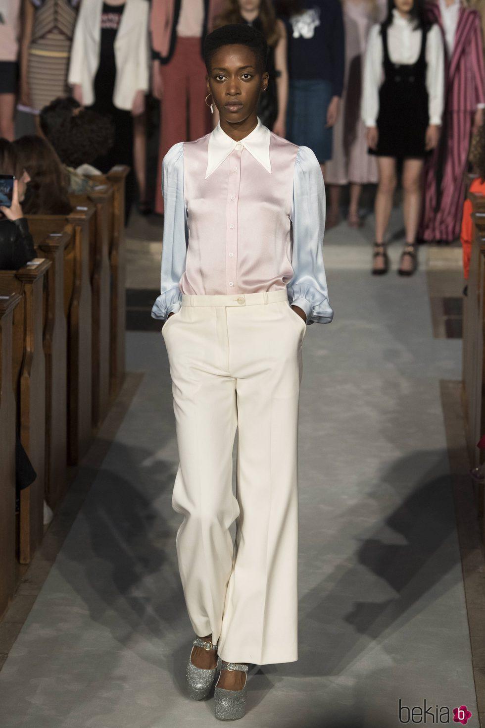 Camisa tricolor de la colección verano 2017 de Alexa Chung presentada en Londres