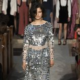 Vestido plateado de la colección verano 2017 de Alexa Chung presentada en Londres