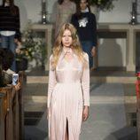 Vestido rosa cuarzo de la colección verano 2017 de Alexa Chung presentada en Londres