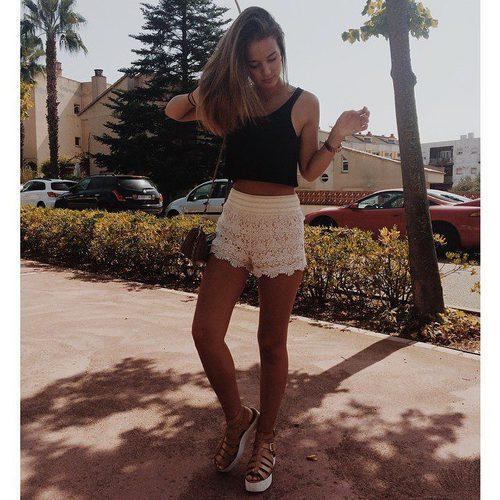Laura Escanes posa con una blusa negra y un pantalón blanco en las redes sociales