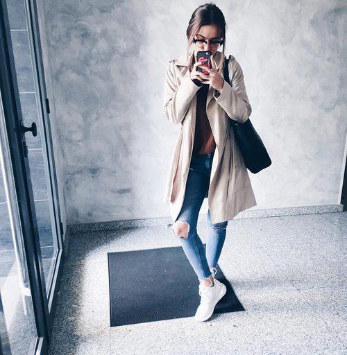 Posado de Laura Escanes frente a un espejo