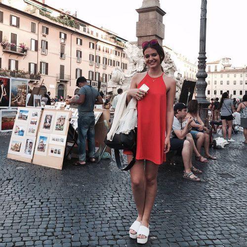 Laura Escanes posa en la Plaza Navona de Roma en Italia