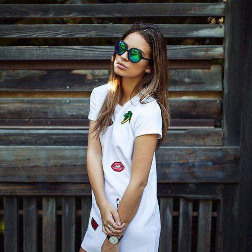 Laura Escanes posa con un vestido blanco con parches