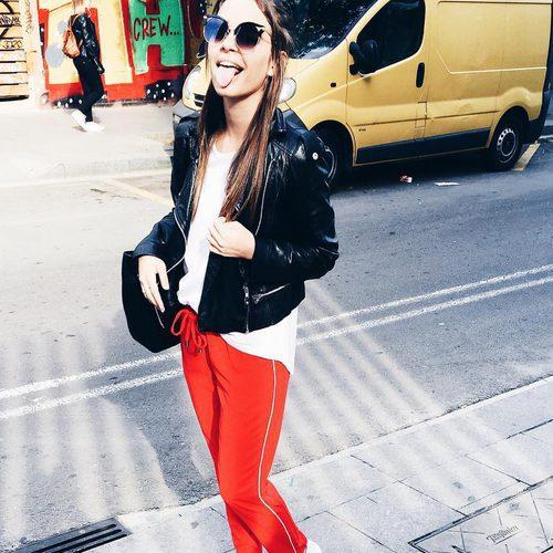 Laura Escanes con pantalones de chandal y chaqueta de cuero