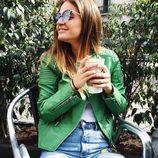 Laura Escanes con chaqueta de cuero verde