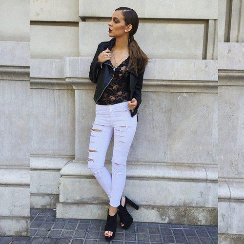 Laura Escanes posa con un body negro y un pantalón blanco