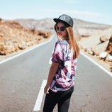 Laura Escanes posa con una camiseta ancha y una gorra
