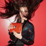 Bella Hadid posando con unos de los bolsos de la colección 'Serpenti' de Bulgari