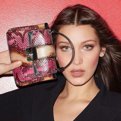 Bella Hadid presenta la nueva colección de bolsos 'Serpenti' de Bulgari