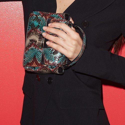 Bella Hadid con uno de los bolsos Viper de la nueva colección de Bulgari