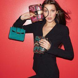 Bella Hadid posando como imagen de los bolsos 'Serpenti' de Bulgari