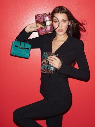 La modelo Bella Hadid posando con bolsos de la colección 'Serpenti' de Bulgari