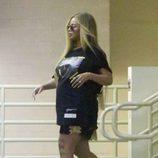 Look sport premamá de Beyoncé con camiseta larga, shorts y deportivas