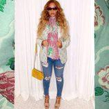 Look casual de Beyoncé con blusa rosa, jeans y sandalias de tacón